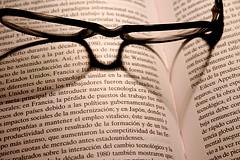 女性が男性よりも早く老眼鏡が必要になる理由